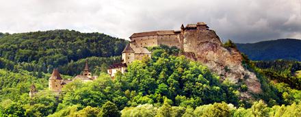 Ručne triedený katalóg s fotografiami z tématikou kultúrneho dedičstva, predovšetkým hradov, skanzenov, historických miest a hodnotnej architektúry.