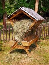 Kryté drevené kŕmidlo úplne naplnené senom