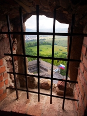 Pohľad cez zamrežované okno z hradu Stará Ľubovňa