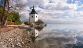 Odraz veže vo vodách Liptovskej Mary, Slovensko