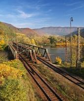 Železničný most počas jesene