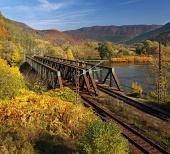 Železničný most v pestrofarebnej prírode