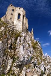 Kaplnka hradu Beckov na strmom brale vysokom 50 metrov
