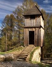 Zrekonštruované drevené opevnenie na Havránku