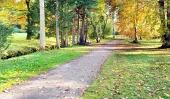 Pestrofarebný jesenný park a turistický chodník