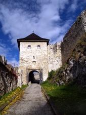 Hlavná vstupná brána do Trenčianskeho hradu počas jesene