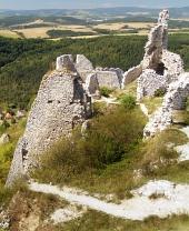 Čachtický hrad a krajina v diaľke