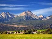Vysoké Tatry a dedina v lete