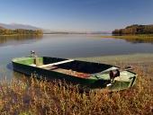 Rybárska loďka v rákosí