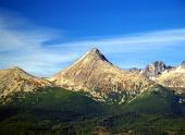 Masívny vrchol Kriváň počas leta vo Vysokých Tatrách