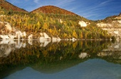Zrkadlenie kopcov v hlbokom jazere