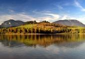 Zrkadlenie hôr v hlbokom jazere