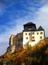 Trenčiansky hrad na jeseň a modrá obloha