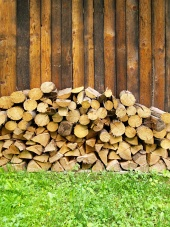 Kopa čerstvo narúbaného dreva