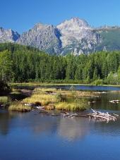 Štrbské Pleso a vrcholy Vysokých Tatier počas leta