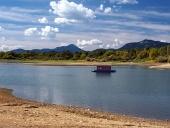 Malý hausbót a pobrežie v lete
