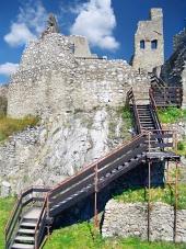 Interiér a schody na hrade Beckov
