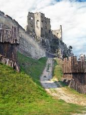 Opevnenie a kaplnka hradu Beckov