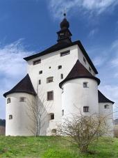 Masívne nárožné bašty Nového zámku v Banskej Štiavnici