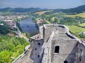 Letecký pohľad z veže hradu Strečno