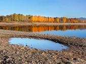 Odraz stromov v Liptovskej Mare počas jesene