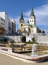 Kostol, divadlo a fontána v Žiline