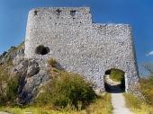 Opevnenie vstupnej brány Čachtického hradu