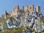 Letný pohľad na ruiny hradu Strečno