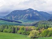 Krajina s kopcom Pravnáč neďaleko obce Bobrovník