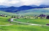 Zelené lúky nad obcou Bobrovník