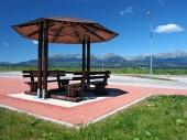 Prístrešok s lavičkami a Vysoké Tatry