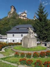 Socha P. O. Hviezdoslava a Oravský hrad