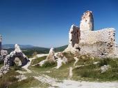 Vnútri zrúcaniny Čachtického zámku