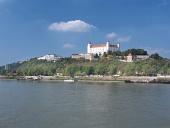Bratislavský hrad nad riekou Dunaj