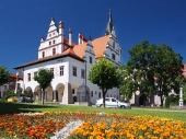 Kvety a radnica v Levoči na Slovensku