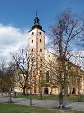 Kostol Nanebovzatia Panny Márie a park v meste Banská Bystrica
