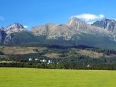 Vysoké Tatry a lúka na Slovensku