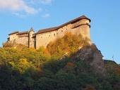 Oravský hrad pri západe slnka počas jesene