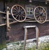 Stena drevenice s tradičnými vidieckymi nástrojmi