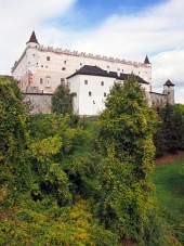 Zvolenský hrad na zalesnenom kopci