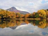 Kopec nazývaný Šíp a rieka Váh na jeseň
