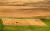 Pole z výšky počas letného zberu úrody