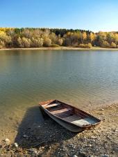 Malá rybárska loď pri brehu Liptovskej Mary na Slovensku