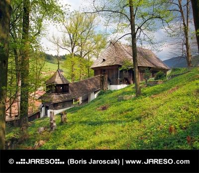 Drevený UNESCO kostolík v obci Leštiny na Slovensku