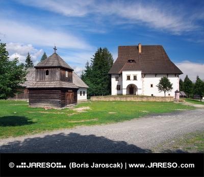 Drevená veža a kaštieľ v Pribyline na Slovensku