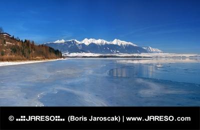 Zimný pohľad na Liptovskú Maru a Západné Tatry