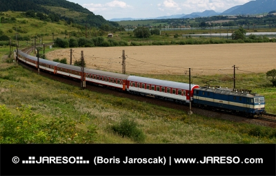 Rýchlik idúci slovenskou krajinou