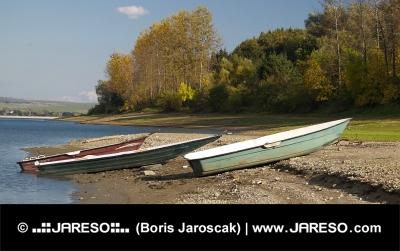 Tri loďky na brehu