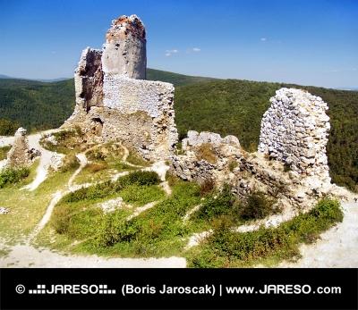 Ruiny opevnenia Čachtického hradu počas leta