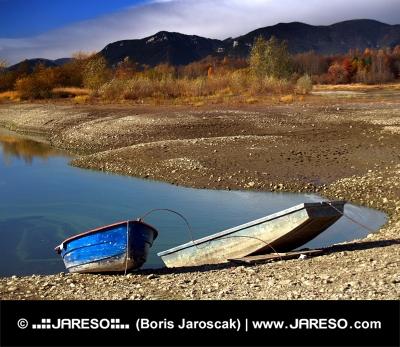 Dve loďky na brehu pri Liptovskom Trnovci